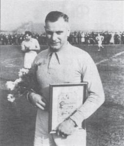 Unser damaliger Spieler Peter Schaum wurde 1948 für sein 1000. Spiel geehrt.