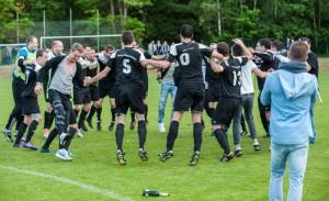 Verbandsliga-Aufstiegsparty nach dem 3:1-Sieg über den SV Schwemlingen-Ballern am 28. Mai 2014. Foto: Rolf Ruppenthal.